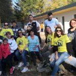 Fotografia dobrovoľníkov pri stavbe útulku.