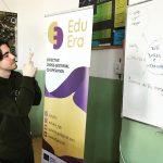 Fotografia chlapca fotografujúceho roll up EduEra na projekte Víta vás EduEra!.