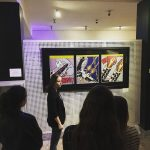 Fotografia dievčiny stojacej pred stenou s obrazmi na projekte Víta vás EduEra!.