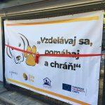 Fotografia banneru pri vstupe do útulku, v rámci projektu Vzdelávaj sa, pomáhaj a chráň!.