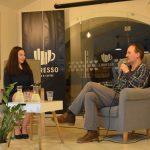 Fotografia dvoch diskutujúcich ľudí.