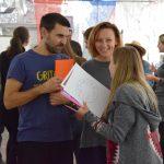 Účastníci projektu Colours of youth work sa rozprávajú a smejú.