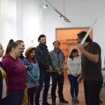 Účastníci projektu Colours of youth work stoja v kruhu a smejú sa.