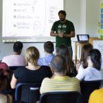 Fotografia publika - ľudí sediacich na stoličkách počas semináru.