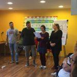 Fotografia skupinky účastníkov, ktorí prezentujú svoje výsledky.