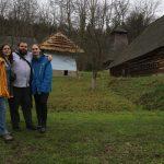 Fotka troch účastníkov projektu Colours of youth work na návšteve Bardejova.