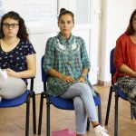 Tri účastníčky medzinárodného semináru Let's get cross! sediace na stoličkách.