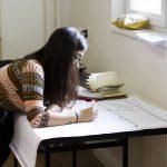 Fotografia dievčaťa, ktoré píše.