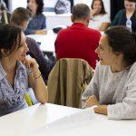 Fotografia dvoch účastníčok diskutujúcich za stolom.