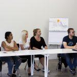 Účastníci medzinárodného semináru Let's get cross! sediaci na stoličkách.