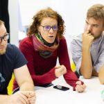 Fotografia štyroch účastníkov diskutujúcich pri stole.