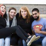 Fotografia štyroch usmievajúcich sa účastníkov.