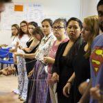 Fotografia účastníkov semináru so špagátom v rukách.