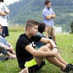 Účastníci semináru Let's get cross! sediaci v tráve.