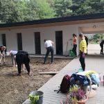 Fotografia dobrovoľníkov pracujúcich na výstavbe útulku.
