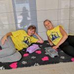 Fotografia dvoch dobrovoľníčok podieľajúcich sa na stavbe útulku v rámci projektu Vzdelávaj sa, pomáhaj a chráň!.
