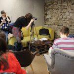 Fotografia účastníkov projektu Spread the word. Dievča v strede fotí chlapca napravo.