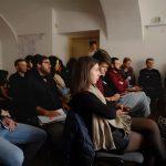 Účastníci počúvajú výklad prednášajúceho.