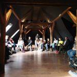Fotografia účastníkov projektu Spread the word sediacich v kruhu.