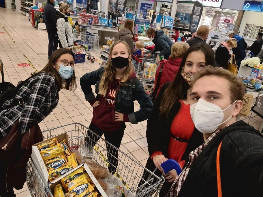 Dobrovoľníci z Homeless is more nakupujú potraviny pre ľudí bez domova.