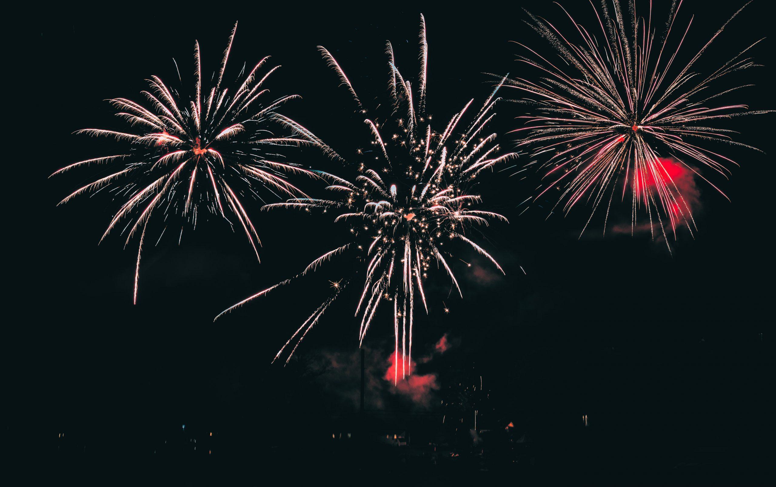 Farebné vybuchujúce ohňostroje počas osláv nového roka, na Silvestra.