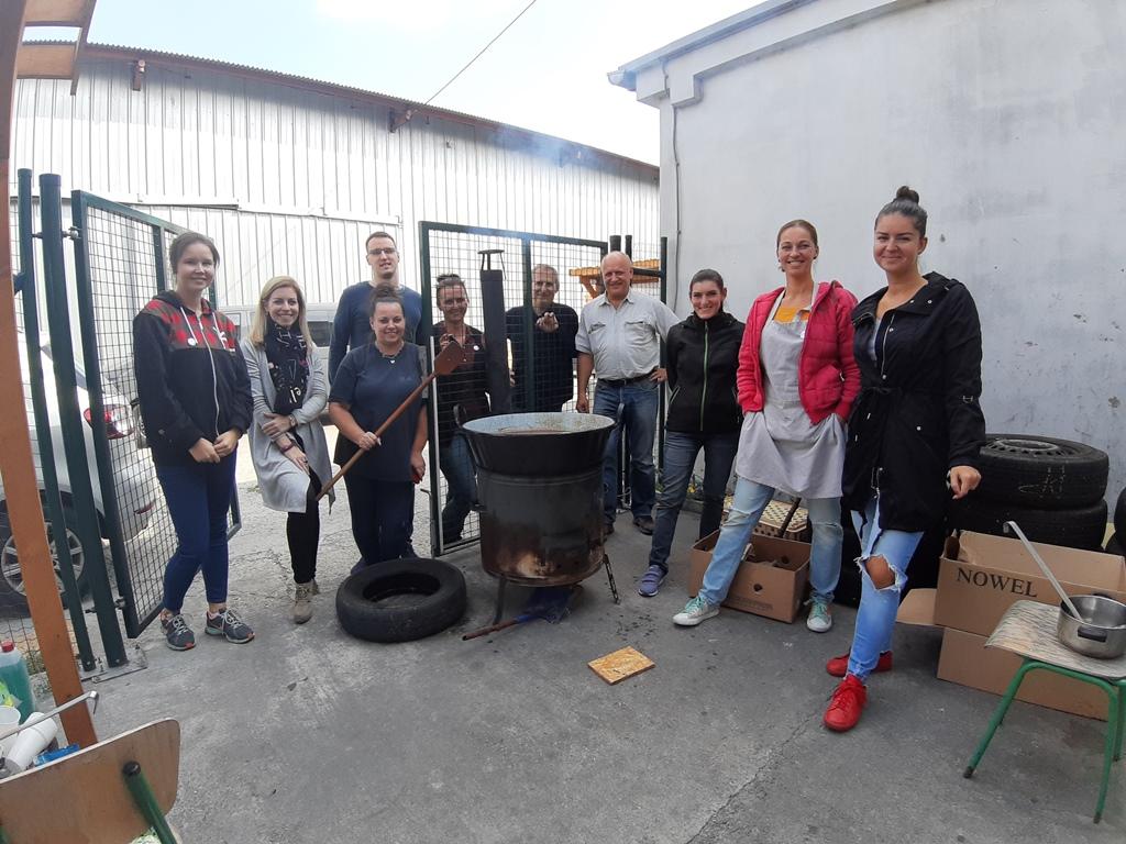 Dobrovoľníci z neziskovej organizácie Depaul pri varení gulášu pre ľudí z noclahárne..