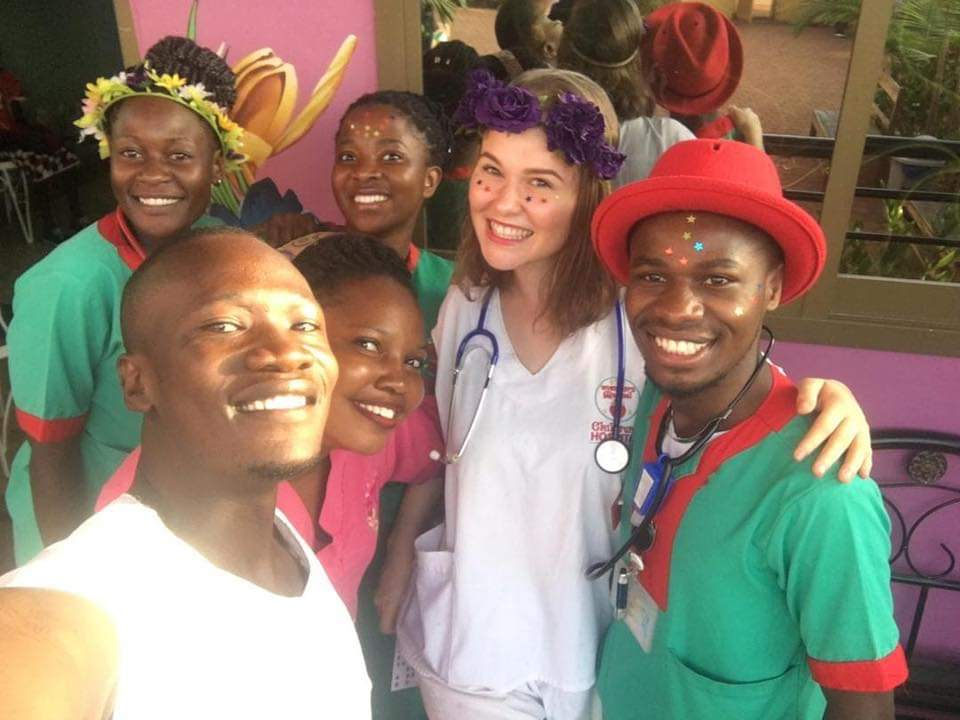 Majda Kočičí v ugandskej nemocnici - fotí sa s niekoľkými lekármi a sestrami. Má na krku fonendoskop.