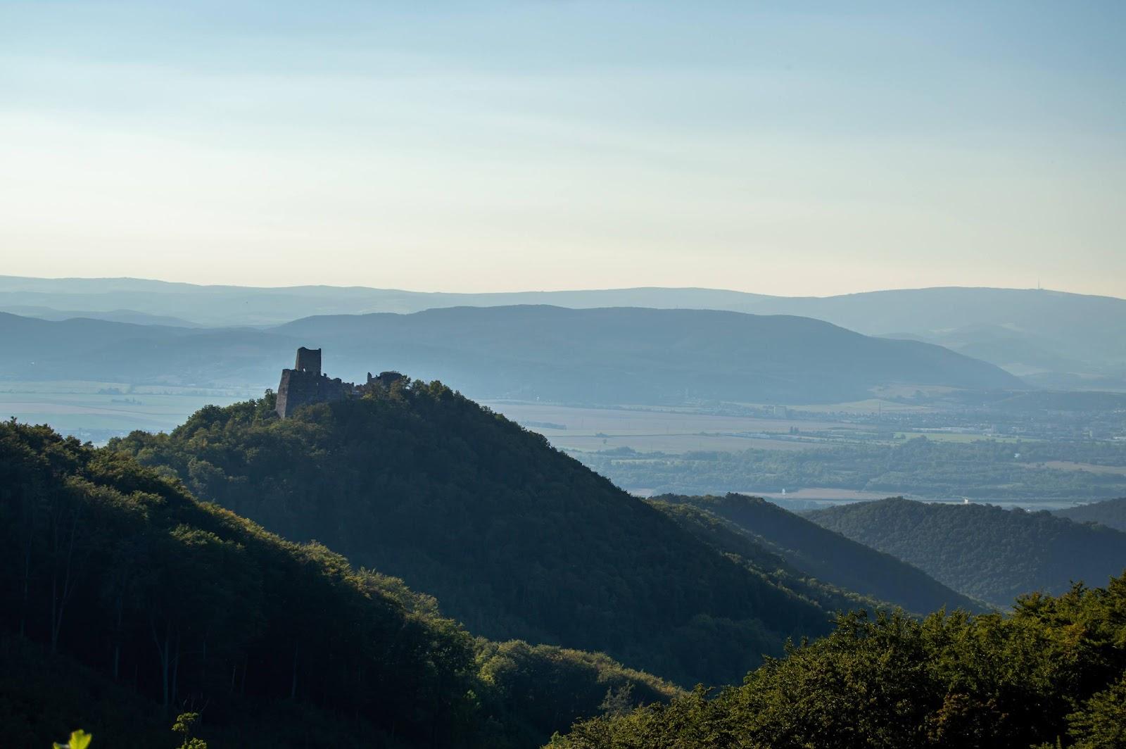 Historické legendy hradov - pohľad na hrad Tematín a okolitú prírodu.